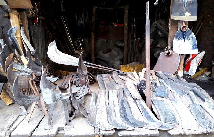 দুয়ারে ঈদ, টুং টাং শব্দে ব্যস্ততা বাড়ছে মৌলভীবাজারের কামারপাড়া
